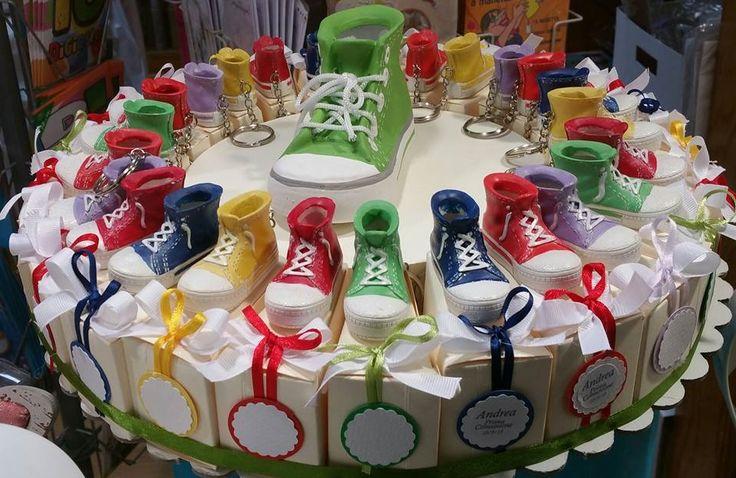 bomboniere comunione torta di scatoline con portachiavi scarpa da ginnastica con tag