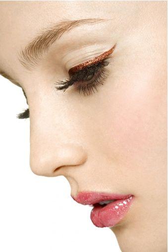 Natuurlijke make-up met glitter eyeliner