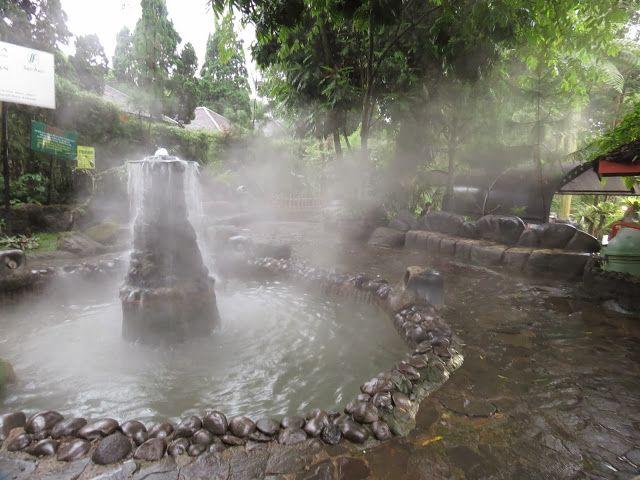 We were here at night.. Unwinding at Kolam leuwi sari hot springs and soaking up minerals with the locals, Bandung (Indonesia)