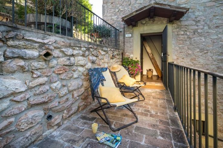 This is the terrace/entrance of the Micol apartment at Residence Menotre...the perfect spot to relax and read a good book!  Ingresso appartamento Micol con terrazza privata in antica torre (Umbria)