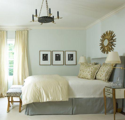 Falda_Cama:dormitorios - gris cabecero de cama falda de seda amarilla almohadas edredón oro sunburst espejo apliques de bronce refleja mesas mesitas de noche amarillo cortinas de color azul pintura paredes