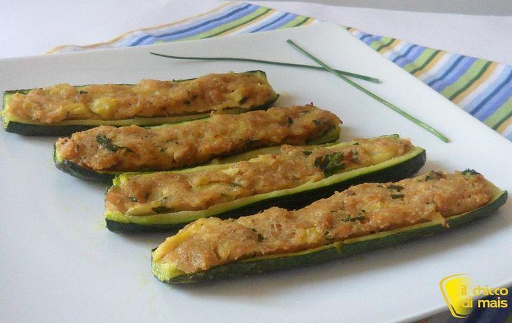 Zucchine ripiene di tonno (ricetta secondo). Ricetta per un secondo leggero, economico e saporito: zucchine ripiene di tonno e pangrattato cotte in forno