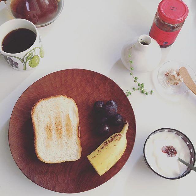 2016/08/03 07:40:30 taako_hibi おはようございます☺︎ 久しぶりにホームベーカリーで食パンを焼きました。よりキメが細かく焼けるレシピを探し中です。  #朝ご飯#朝食#パン#トースト#バルミューダ #ホームベーカリー #バナナ#ぶどう#果物#フルーツ#ヨーグルト #コーヒー#ケメックス#山口和宏 さん#辻和美 さん#河上智美 さん#アラビア#パラティッシ #陶芸#うつわ#器 #植物#グリーンネックレス