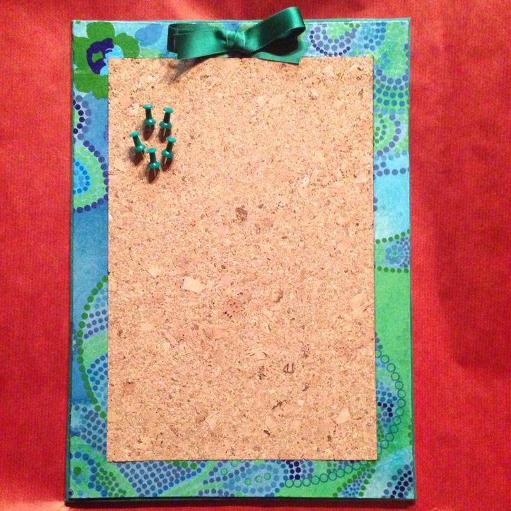 Pannello in legno rivestito con tessuto, carta decopatch e sughero.