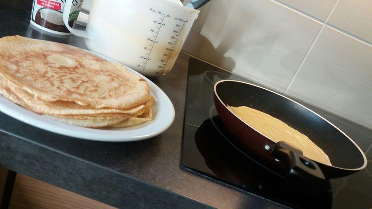 Recept voor ongeveer 15 pannenkoeken : 400gr. speltbloem, 500 ml melk (halfvol), 5 eieren, vanillearoma (1 ampuletje), snuifje zout en gebakken in kokosolie.