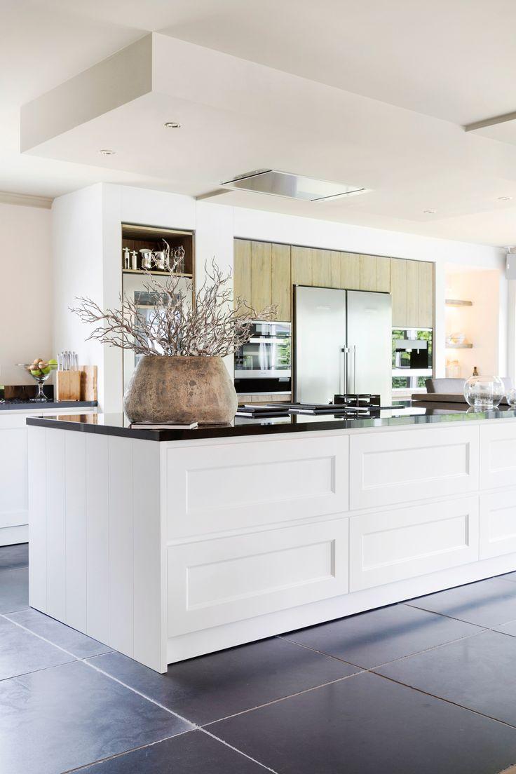 Het combineren van modern en klassiek maakt een keuken echt uniek. Dit project vormt met heel uiteenlopende stijlen en materialen een mooi geheel.