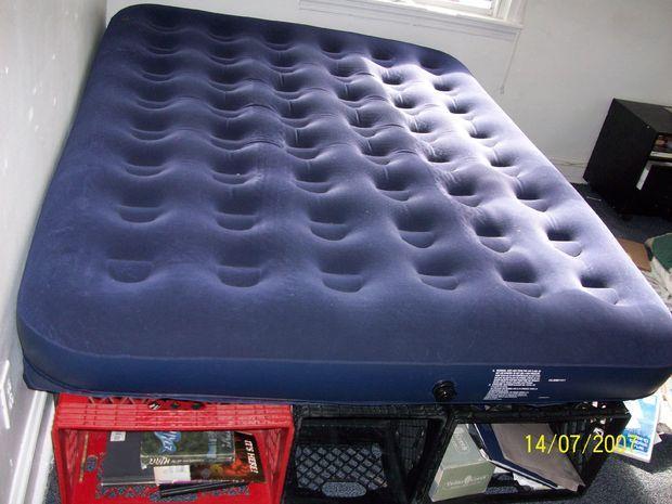 Cama de colchão inflavel com a parte de baixo com caixas que servem para armazenar