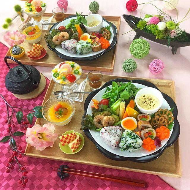 . 今日は#和ンプレート 🤗🍁 みんな飾り切り頑張りました🔪🥕🌸🍎 . . ✼和風ジュレのカクテルサラダ ✼彩り野菜の焦がしディップ ✼野菜のお肉巻き ✼半熟たまご ✼海老とズッキーニのアンチョビソテー ✼にんじん飾り切りのグラッセ ✼飾り切りれんこんのきんぴら ✼2種のおにぎり ・梅と大葉 ・小松菜とごま ✼低糖質のレアチーズケーキ ✼りんごの飾り切り . . . 7月からマンションの塗り替え工事が始まって👷 朝起きてお茶飲んでたらベランダに人👥わぉw . . 終わるまではパンツ一丁でウロウロ出来ない🙅🏻←え . . . #和食 #ワンプレート #おうちごはん #花のある幸せごはん #クッキングラム #デリスタグラマー #おうちカフェ #料理 #手料理 #料理教室 #北九州料理教室 #テーブルコーディネート #delicious #instafood #yummy #kitakyushu #fukuoka #cookingram #cooking #foodphoto #foodpic #eat #wp_delicious_jp #delimia…
