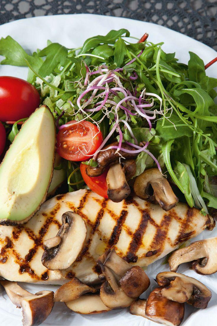 Succesvol #afvallen wordt voor 80% bepaald door voeding, zegt Fajah Lourens #mykillerbodymotivation. In haar boek 'Killerbody dieet' deelt ze een aantal recepten, waaronder deze #kipsalade. Goed voor de lijn en lekker!