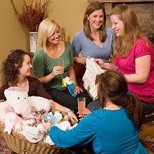 tanti regali e festeggiamenti tra donne per il piccolo e la mamma