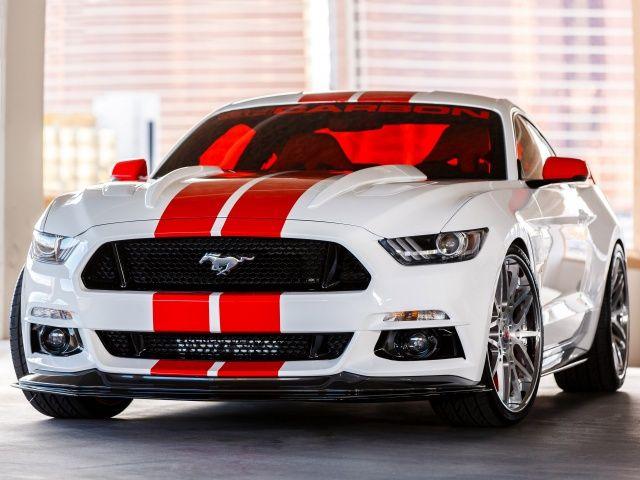 Voir cette image sur PhotosCar: La  Ford Mustang 2015 de 3dCarbon présente sur ce SEMA 2014 se distingue par peinture blanche avec bandes rouge, sur ses coques de rétroviseurs et son aileron arrière. Le kit carrosserie  comprend une prise d'air avant, un splitter, des jupes latérales un boulier arrière avec diffuseur et l'aileron arrière le tout en carbone. PhotosCar vous présente cette photo, si cette image vous plait vous pouvez la tél...