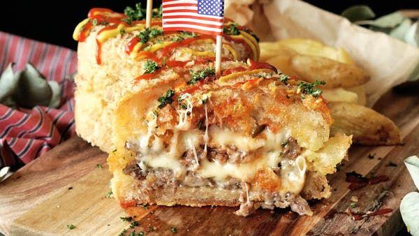 ビデオ指示付きレシピ: ハンバーガーに天ぷらの衣をつけて揚げました。さくっとした食感になりますよ! 材料: 《ダブルチーズバーガー》, バンズ 2セット, 牛ステーキ肉(もしくはバラ肉) 100g, 牛ひき肉 100g, 塩 少々, ブラックペッパー 少々, サラダ油 適宜, スライスチーズ 4枚, ピクルス 適宜, ケチャップ 適宜, 《衣》, 天ぷら粉 大さじ5, 水 大さじ5, パン粉 適宜, 《その他》, 揚げ油 適宜, 竹串 4本, ケチャップ, マスタード, パセリ 適宜