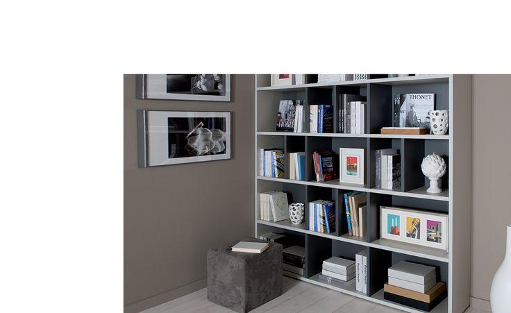 Meuble Bibliothèque - Stockholm. Trois critères essentiels : esthétique, capacité de rangement, adéquation au contenu. L'agencement intérieur de chaque bibliothèque est entièrement modulable à la conception. Ainsi, vous l'élaborez à l'exacte dimension de vos collections de livres ou des objets que vous souhaitez y exposer. Cette bibliothèque sur-mesure s'adapte tant à votre intérieur qu'aux objets qu'elle accueille.