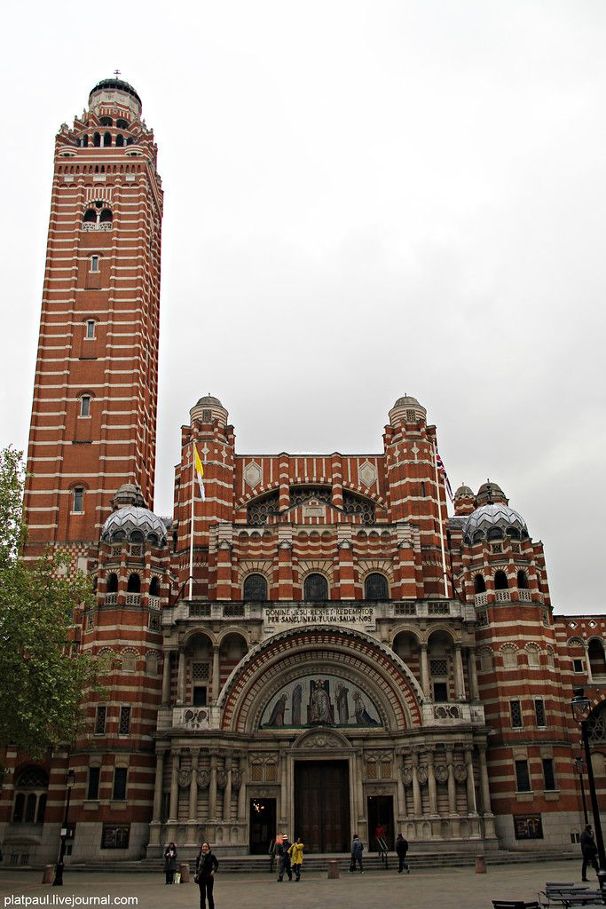 ФотоПутешествия с Паулем  Вестминстерский   католический  собор.  Он  построен   в непривычном для этих мест византийском стиле. Стены выкладывались из красного кирпича с прослойками портландского известняка.