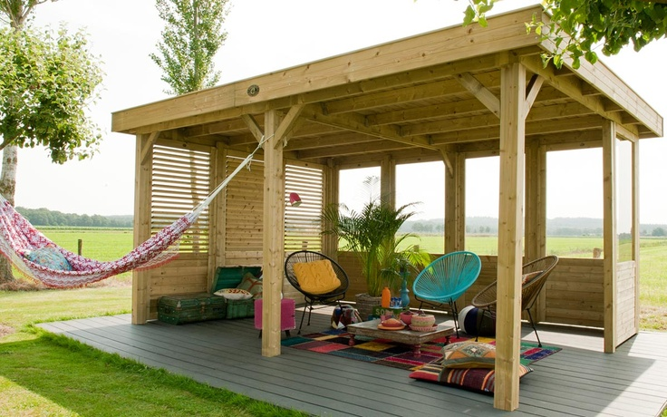 De Living Modulair Excellent 500 is een riant buitenverblijf van 502x390 cm (Let op: het dakoverstek rondom is circa 20 cm). De overkapping wordt gedragen door zes robuuste staanders van 12x12 cm.