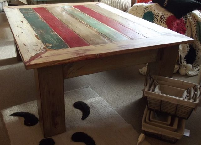 mesa ratona de madera maciza reciclada pintada.