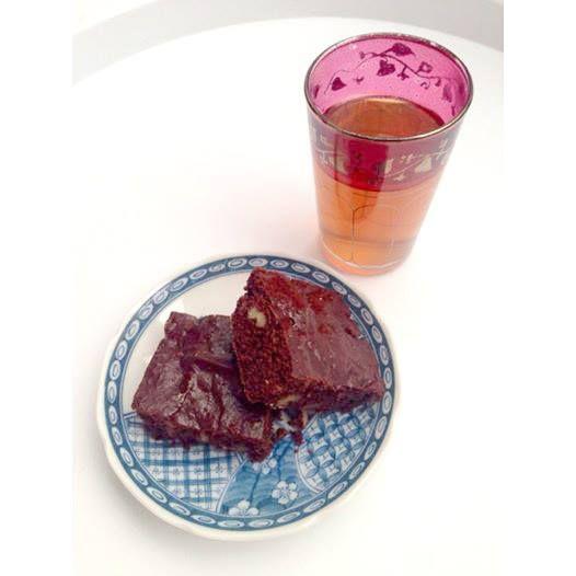 """¡Buenos días! Mi desayuno de hoy... Infusión de manzana, flor de saúco y hierba de limón. """"Pequeño gusto a verano"""". Brownie casero de la mía Mamma...con cacao puro, panela, harina integral de espelta, nueces... Todo de agricultura ecológica. Si quieres la receta ¡pídela y te la enviamos!.  #buenosdias #desayuno #infusión #verano #brownie #casero #cacaopuro #nueces #panela #harinaintegraldeespelta #espelta #agriculturaecológica"""