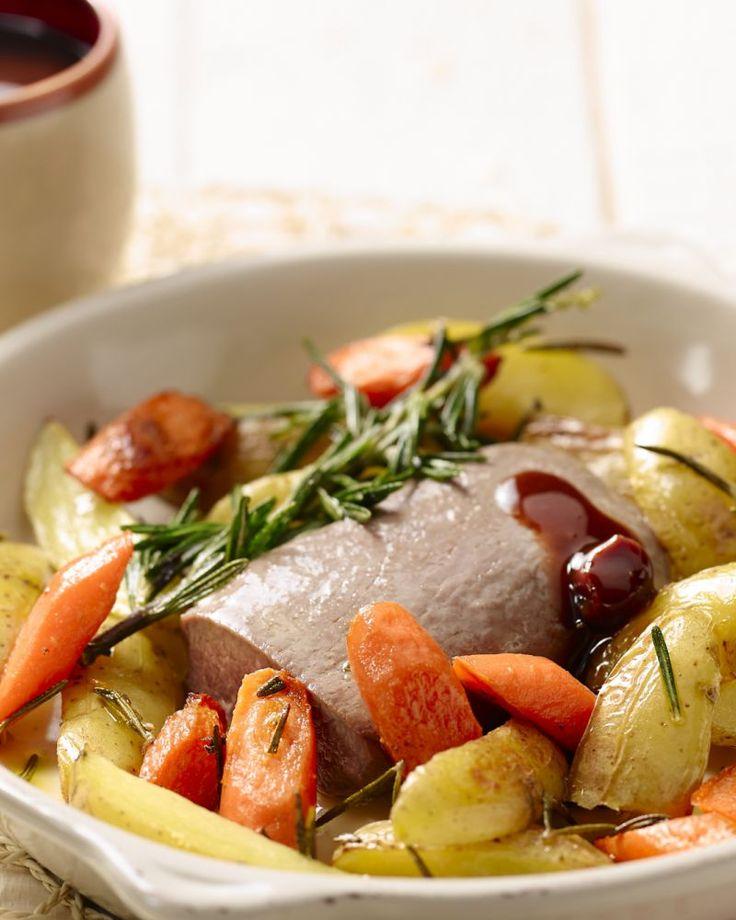 Gegrild lamsvlees is heerlijk van smaak en lekker mals. Met lekkere aardappeltjes met rozemarijn en worteltjes in de oven is dit een puur en simpel gerecht.