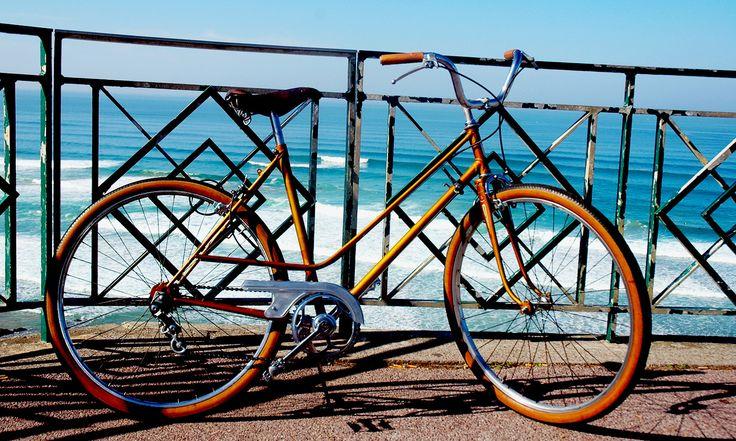 FOR SALE Vélo Vintage Elvish 70'S Custom by SANTA'S WORKSHOP ! Pour les amoureux du Vintage ! - Selles et poignées en cuir. - Cadre de couleur marron doré. - 3 vitesses. - Pneus, câbles, gaines et patins de freins neufs.