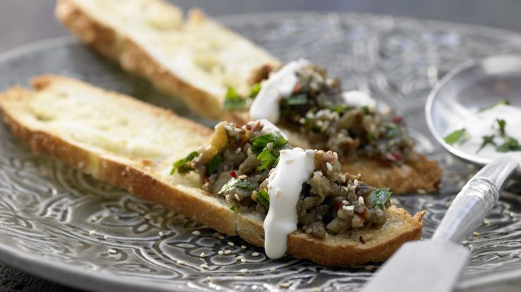 Feuriger Snack: Orientalisches Auberginenpüree auf Fladenbrot mit Tahini | http://eatsmarter.de/rezepte/orientalisches-auberginenpueree-0