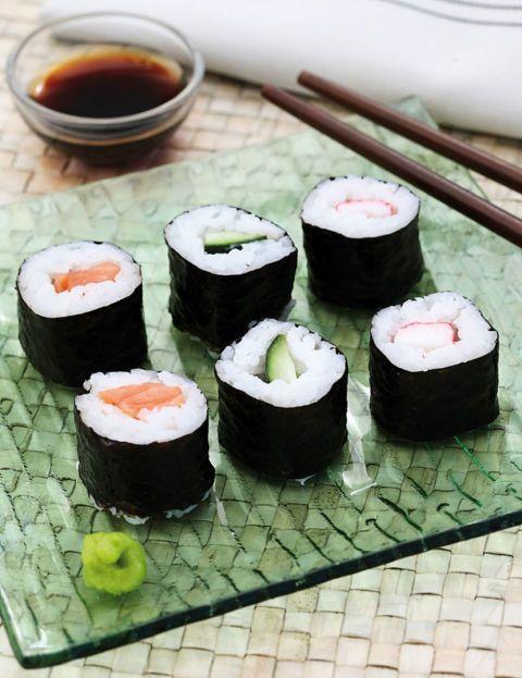 Ingredientes (4 personas) •alga nori •200 g de arroz blanco de grano redondo •azúcar •pepino •aguacate •zanahoria •salsa de soja•vinagre de arroz