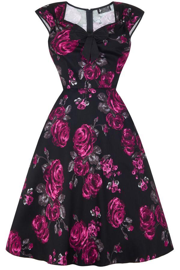 šaty Lady V London Isabella Violet Rose Šaty ve stylu 50. let. Nádherné šaty ve stylu retro z londýnské módní dílny, které vás uchvátí svým provedením. Nádherné šaty s výrazným vzorem fuchsiových růží na černém podkladě z vás udělají dámu ať už na společenské události jako je svatba, zahradní párty či při běžném nošení. Lemy kolem rukávků a krásně řešeného výstřihu v černé barvě, kouzelná mašle jako třešnička na dortu (lze oddělat a připevnit na jiné místo na šatech nebo do vlasů). Projmutý…