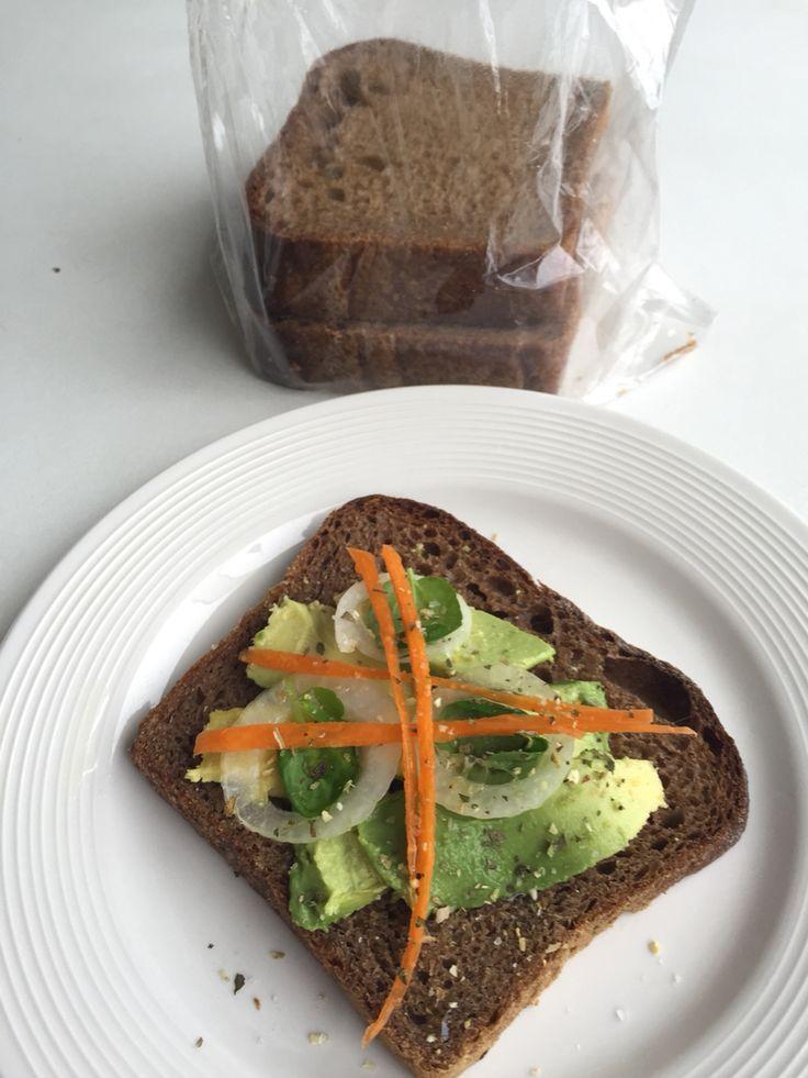 ❤️Deliciosa tostada de pan Centeno, gotas de aceite de ajonjolí, sal, cebolla blanca, zanahoria.....