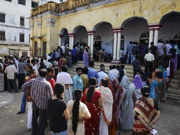 Indianos fazem fila em colégio eleitoral de Varanasi para votar no último dia das eleições gerais na Índia (Foto: AFP PHOTO/ROBERTO SCHMIDT)