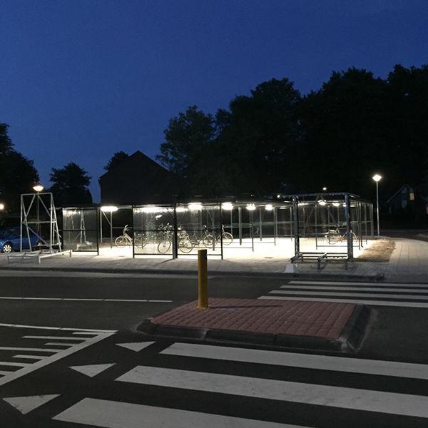 Speciaal op maat gemaakte fietsoverkappingen en fietsenrekken, met DGP roosters en Falco heeft de LED verlichting verzorgd.