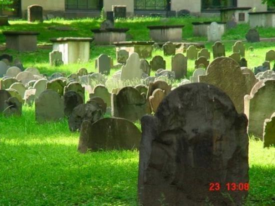 Granary Burying Ground - The burial ground for famous American patriots like Paul Revere, John Hancock and Sam Adams.