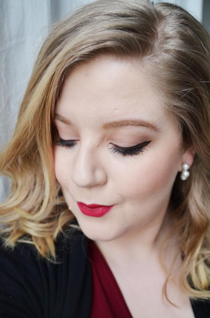 Valentins day makeup, red lips, winged eyeliner. Strong brows. - http://www.liseemilia.com/