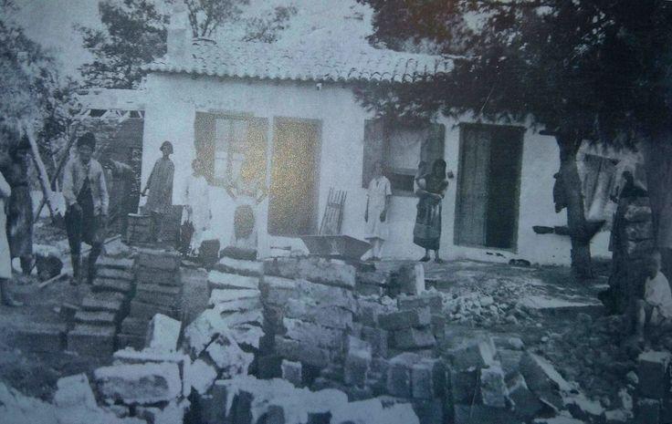 1928!Ν.Ερυθραία,κατασκευή πλίνθων γιά χτίσιμο στήν αυλή τών οικογενειών Γιαμουγιάννη ή Διαμαντιδάκη.Πρώτος αριστερά με τίς βράκες ο γερο-Νικολής Τζαμούσης καί δεύτερη η Αργυρώ Γιαμουγιάννη.