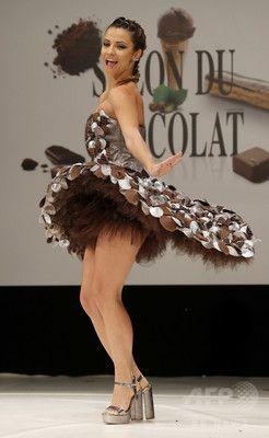 仏パリで「サロン・デュ・ショコラ」、チョコのドレスをお披露目