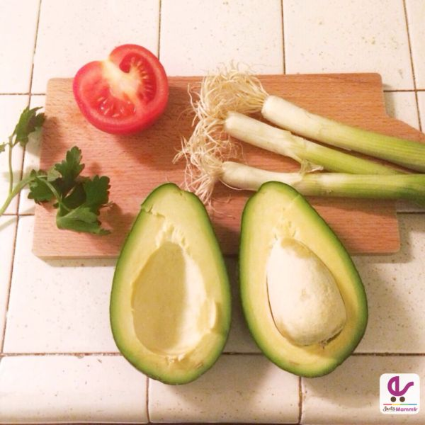 La ricetta del guacamole e di croccanti triangoli di tortillas: per un aperitivo davvero ottimo!