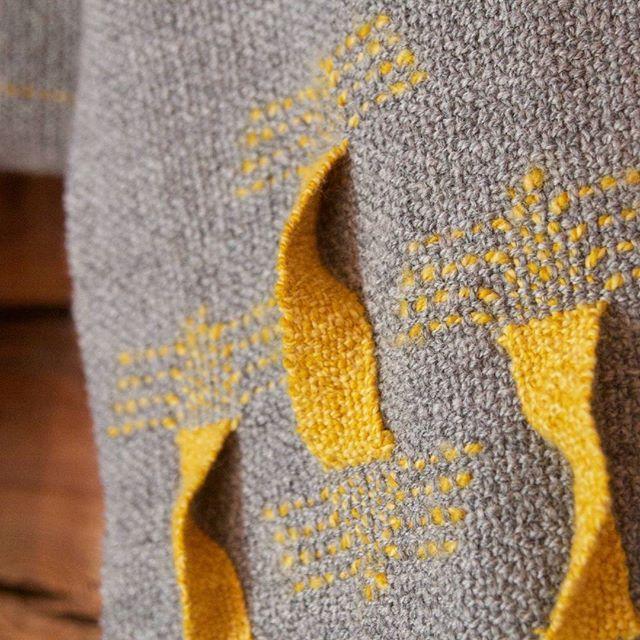 A close up shot of one of the twisties. . . #weavingwithatwist #handwovenscarf #oneofakind #handmadefromscratch #weavingwithhandspun #weavingwithwool #100percentwool #handspun #handwoven #handvävd #handweaver #handspunyarn #handweaving #vävning #handspinning #handspunnetgarn #fiberart #fibreart #textilkonst #textileart #slowtextiles #konstrundanovanaker #hannieshantverk