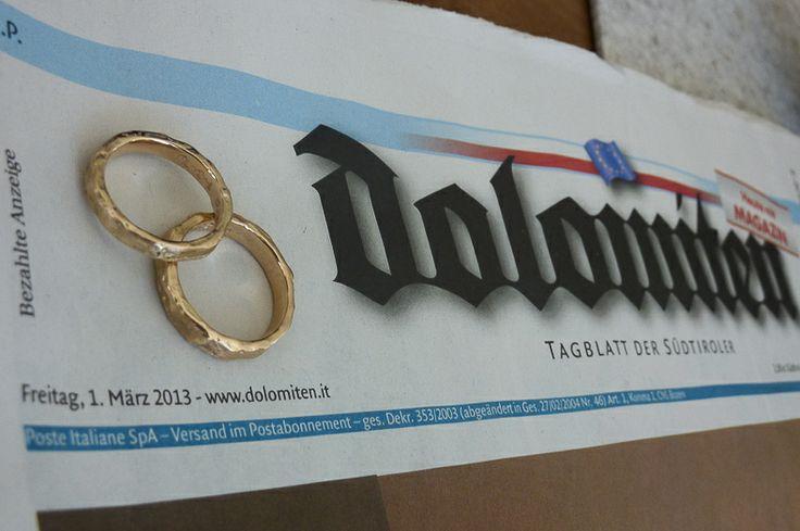 Maak een foto van je trouwringen op de krant van je trouwdag! helemaal leuk als je in het buitenland trouwt.