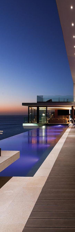 este es mi patio ... tiene una piscina ... es muy bonito ..