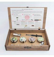 KIT PARA PREPARAR GIN TONIC http://www.elclubdelgintonic.com/tienda/regalos-gin-tonic/288-kit-para-preparar-gin-tonic.html Kit para preparar gin tonic en estuche de madera, con todo lo necesario para preparar tus propios Gin tonics, botánicos y accesorios. Incluye: Cuchara imperial Dosificador o Jigger Cuchillo pelador de cítricos 5 cc. Cardamomo 5 cc. Regaliz 5 cc. Flor de azahar deshidratada 5 cc. Bayas de Enebro