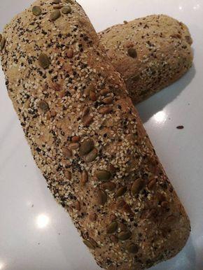 Μοσχομύρισε ζεστό ψωμάκι... Ποιος μπορεί να αντισταθεί??? Υγεινό,πεντανόστιμο ψωμάκι για το τοστάκι μας ή για να το φάμε σκέτο. ΥΛΙΚΑ • Περίπου 1 κιλό αλεύρι ολικής άλεσης • 3 κούπες νερό ελαφρά χλιαρό • 3 συσκευασίες νωπή μαγιά (είναι παραπάνω