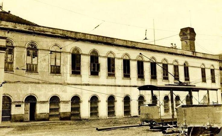 A oficina foi construída no atual bairro da Aparecida e recebeu o nome de Plano Inclinado. O prédio foi construído para abrigar os bondes e produzir a energia necessária à locomoção. Apesar de descaracterizado, o imóvel ainda existe. Registro fotográfico da década de 1930. Foto: FGV. Fonte: Manaus Sorriso.