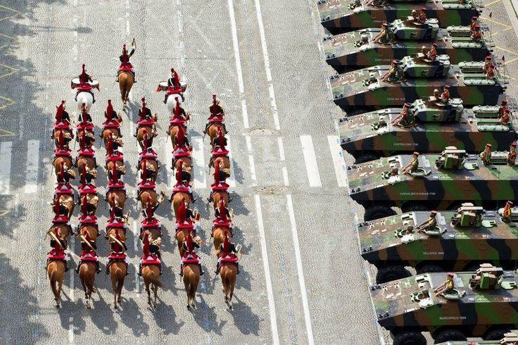 2014 : vue aérienne de l'escorte de la Garde républicaine. - J.J. Chatard/DICOD