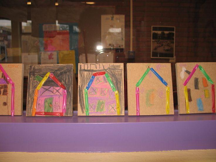 Timmerwerkje: rietjes met spijkertje in hout in vorm van een huis