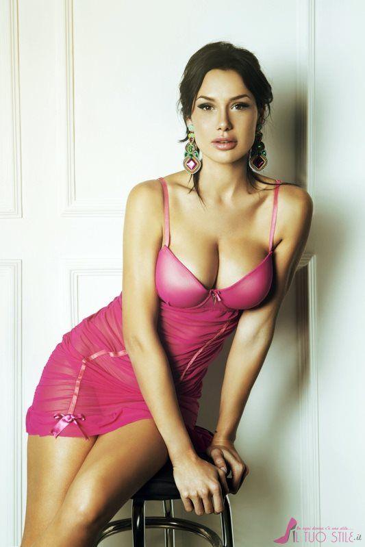 #Nicole #Minetti hot per la nuova collezione #Fruscio ...