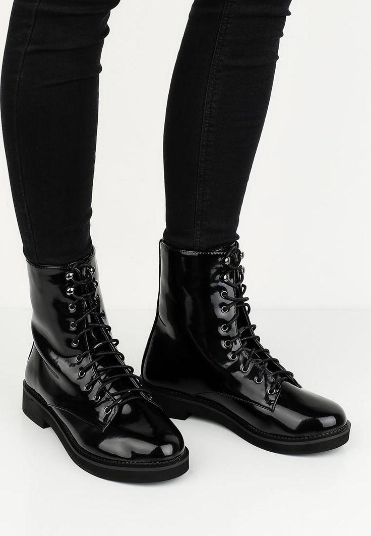 Высокие ботинки Befree выполнены из искусственной лакированной кожи, текстильная подкладка. Детали: стелька из искусственной кожи, плотная шнуровка, гибкая подошва.