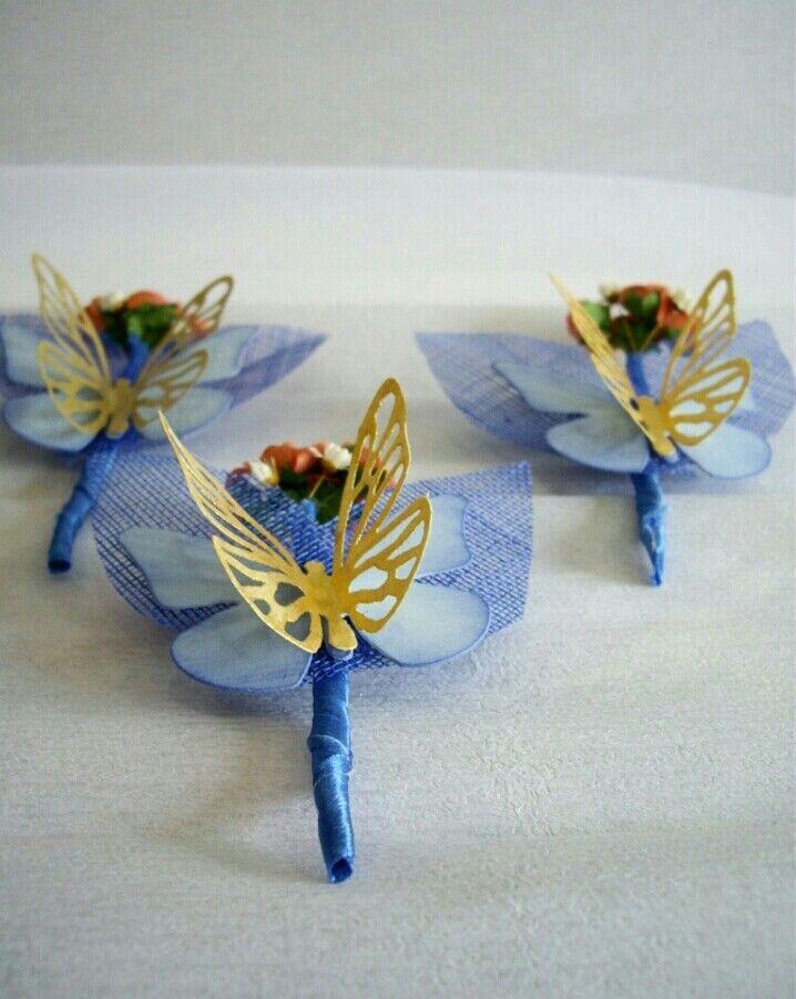 Prendidos para el novio con  flores y mariposas de papel.
