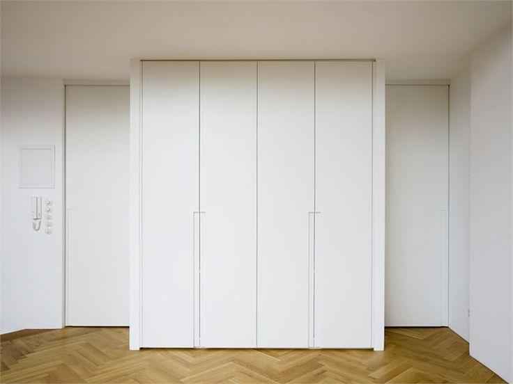 Armadio a muro laccato in legno Collezione MODESTO by Plan W I Werkstatt für Räume | design Daniel Bauschatz