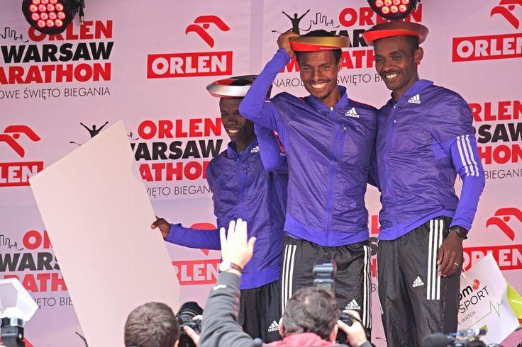 Maratończycy na podium ORLEN Warsaw Marathon.