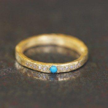 Anneau alliance turquoise et diamants par Esther Assouline exclusivement chez l'Atelier des Bijoux Créateurs.