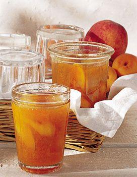 Recette confiture de pêches et d'abricots : Pressez les citrons. Plongez les pêches 1 min. dans de l'eau bouillante, puis rafraîchissez-les dans de l'eau g...