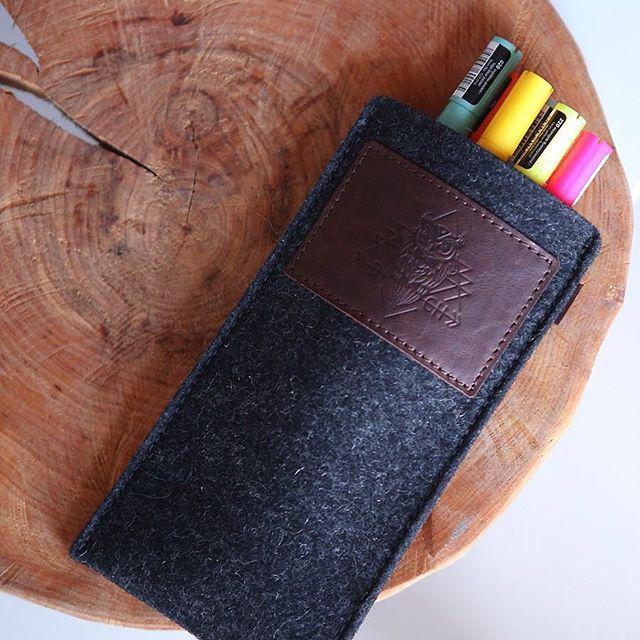 Кстати! Можно и так! Чехол для iPhone очень удобен в качестве чехла для фломастеров и карандашей, которыми вы каждый день пользуетесь. Наш войлок очень износостойкий и даже через 1-2 года он ничуть не меняет формы, на нем не образуется катышков, при попадании воды он не деформируется. Поэтому он идеален для частого и беспощадного использования.  #dichstore #wool #leather #craft www.dichstore.com DICH store. Wool&Leather craft. Handmade in Sant-Petersburg. Since 2013.